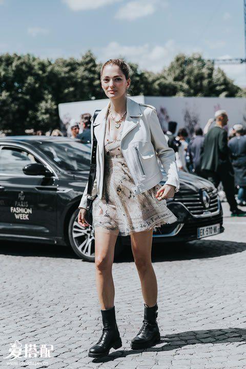 粉色连衣裙+天蓝色夹克+骑士靴